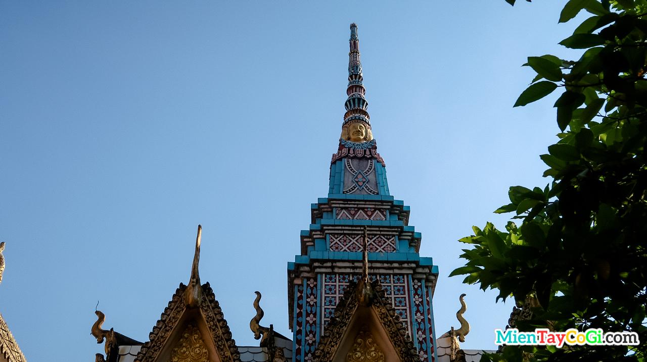 Tượng Phật 4 mặt trên mái chùa