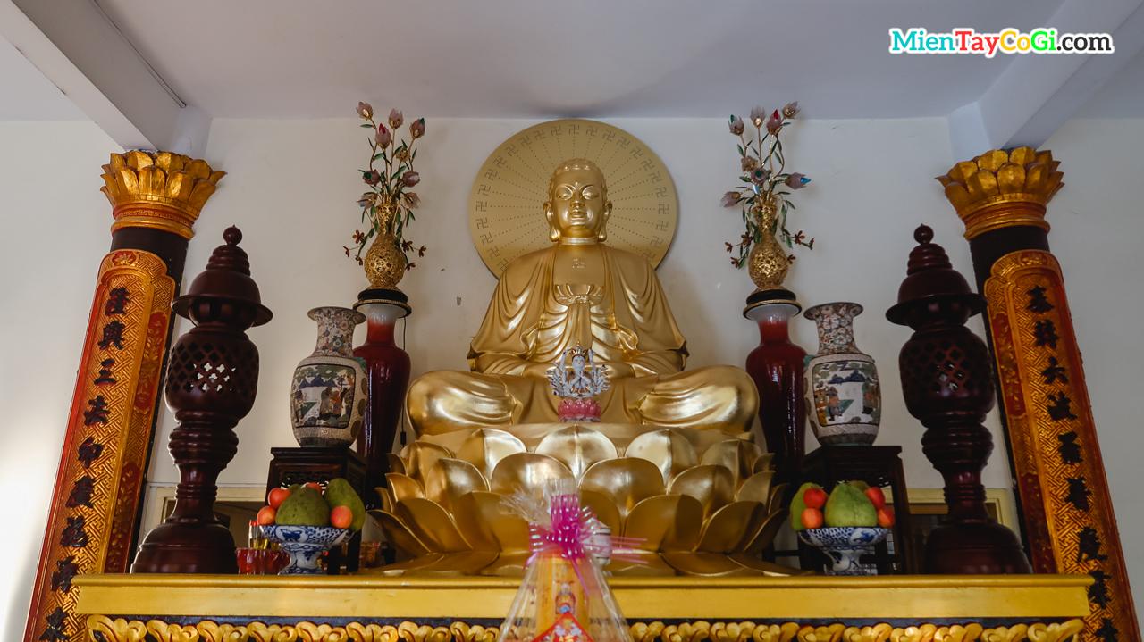 Tượng Phật A Di Đà bên trong chánh điện