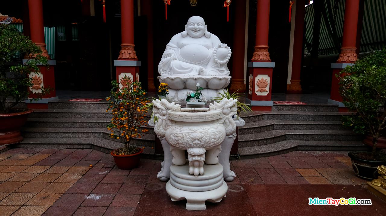 Tượng Phật Di Lặc ở chùa Quang Đức