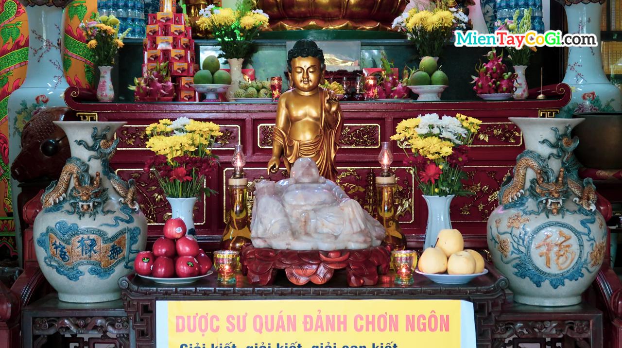 Tượng Phật nhỏ ở bàn thờ tượng Dược Sư chùa Phật Học
