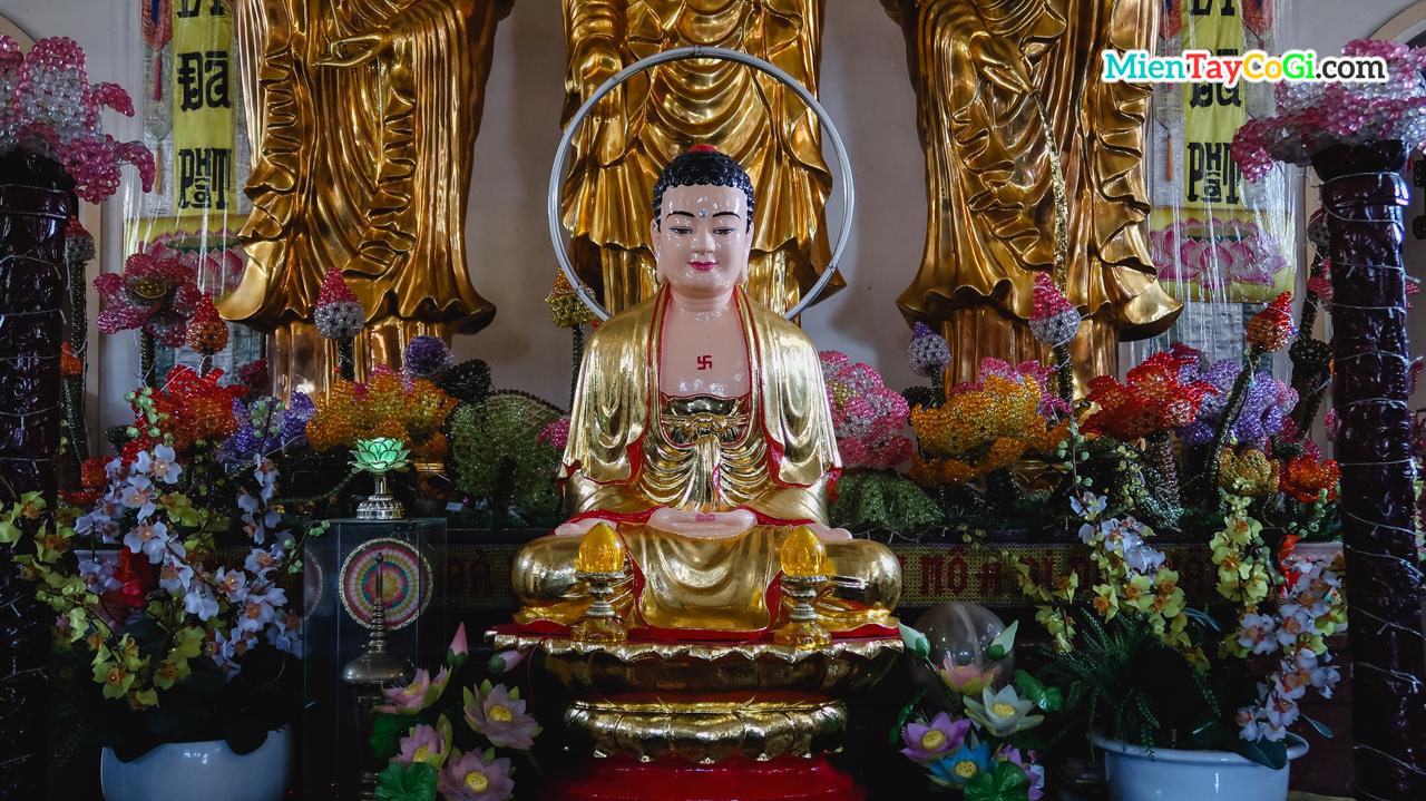 Tượng Phật nhỏ bên trên điện thờ
