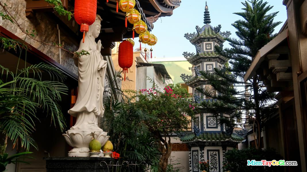 Tượng Quan Âm và Bảo Tháp trong khuôn viên nhỏ của chùa