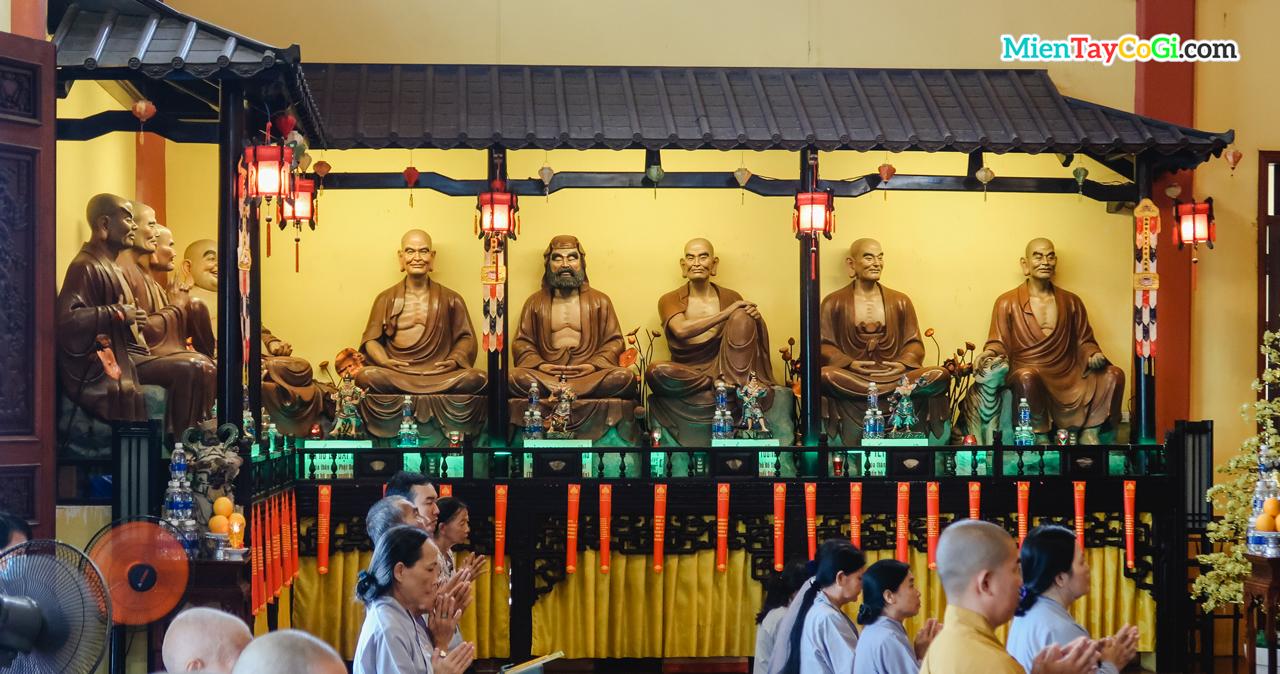 Tượng sáp các vị La Hán ở chùa Phật Học