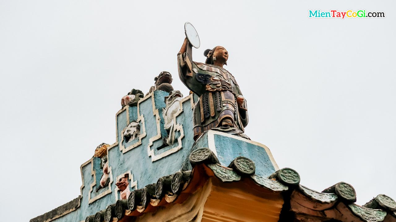 Tượng thần đậm nét Trung Hoa ở chùa Ông Cần Thơ