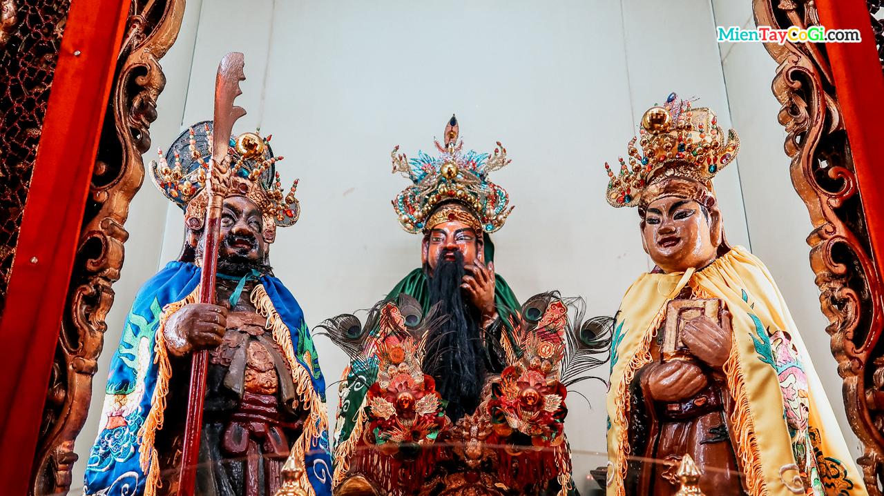 Tượng thờ Quan Công - Trương Phi - Lưu Bị ở chùa Ông