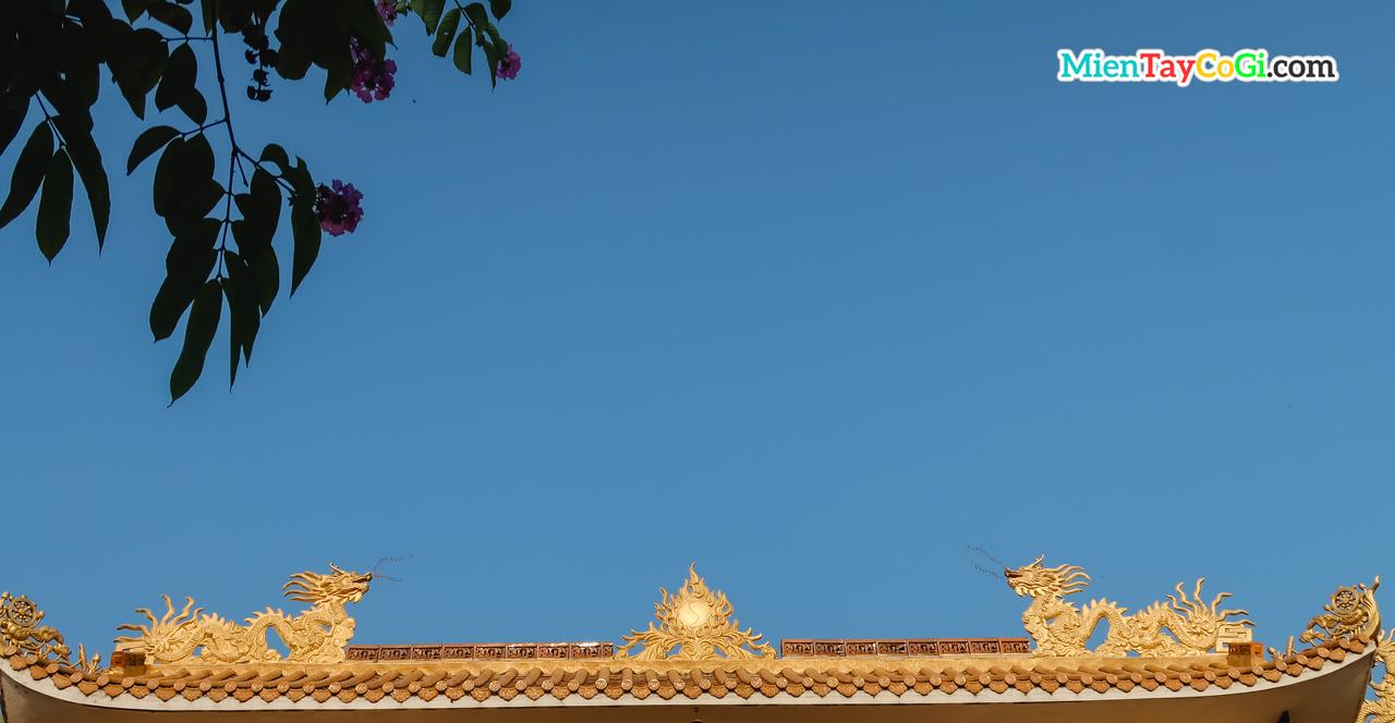 Trên mái chánh điện là hình lưỡng long tranh châu