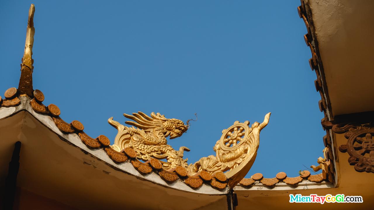 Trên mái phụ cũng là những chi tiết hình rồng