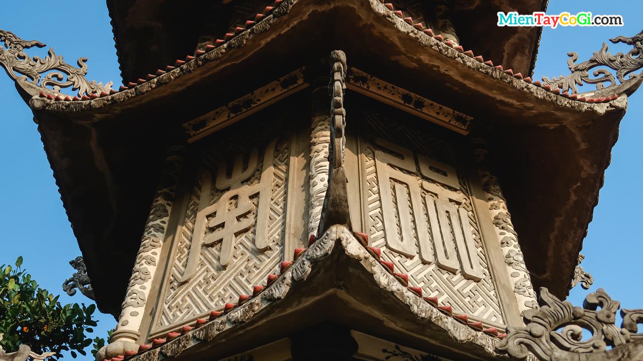 Trên mỗi tầng bảo tháp đều có ký tự chữ Hán
