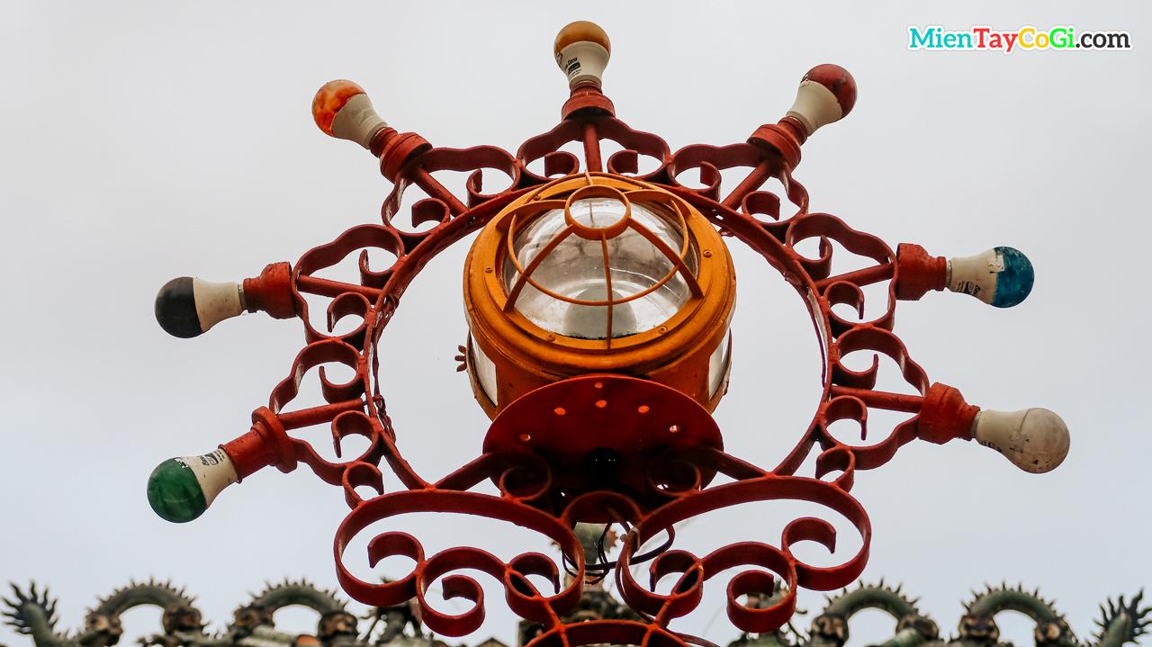 Trang trí gắn đèn sáng trên cổng ra vào cho buổi tối