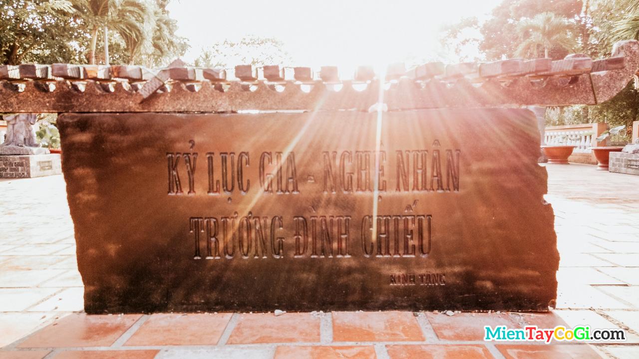 Đàn đá kỷ lục gia nghệ nhân Trương Đình Chiếu tặng thiền viện