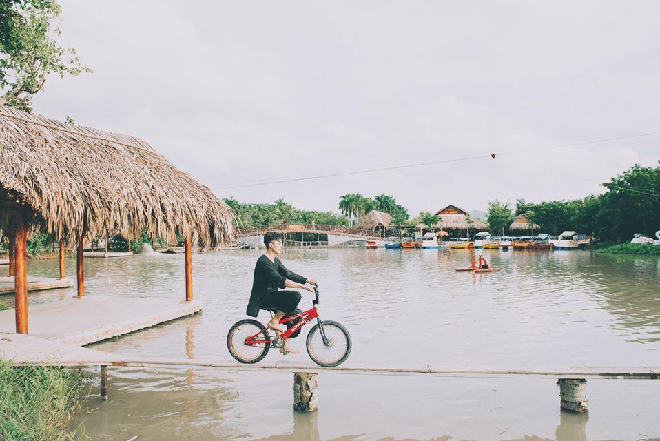 Đạp xe đạp qua cầu ván