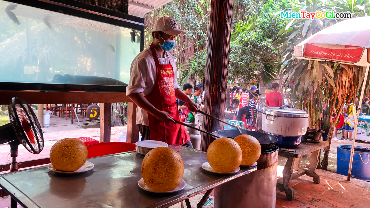 Chefs prepare crispy fried sticky rice in Con Phung