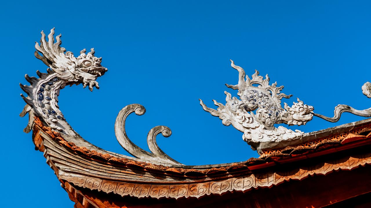Điêu khắc hình rồng ở góc mái