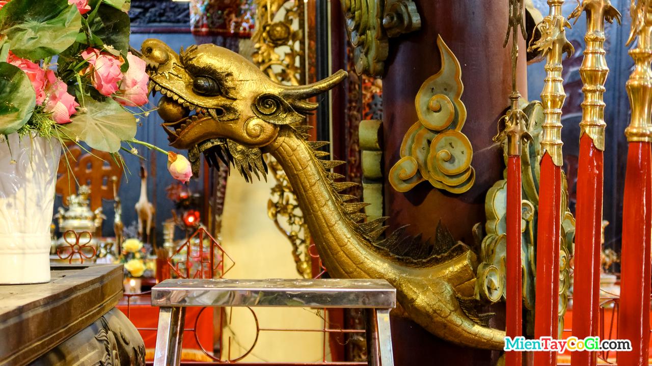 Điêu khắc rồng vàng phun châu trên cột đình Bình Thủy Cần Thơ