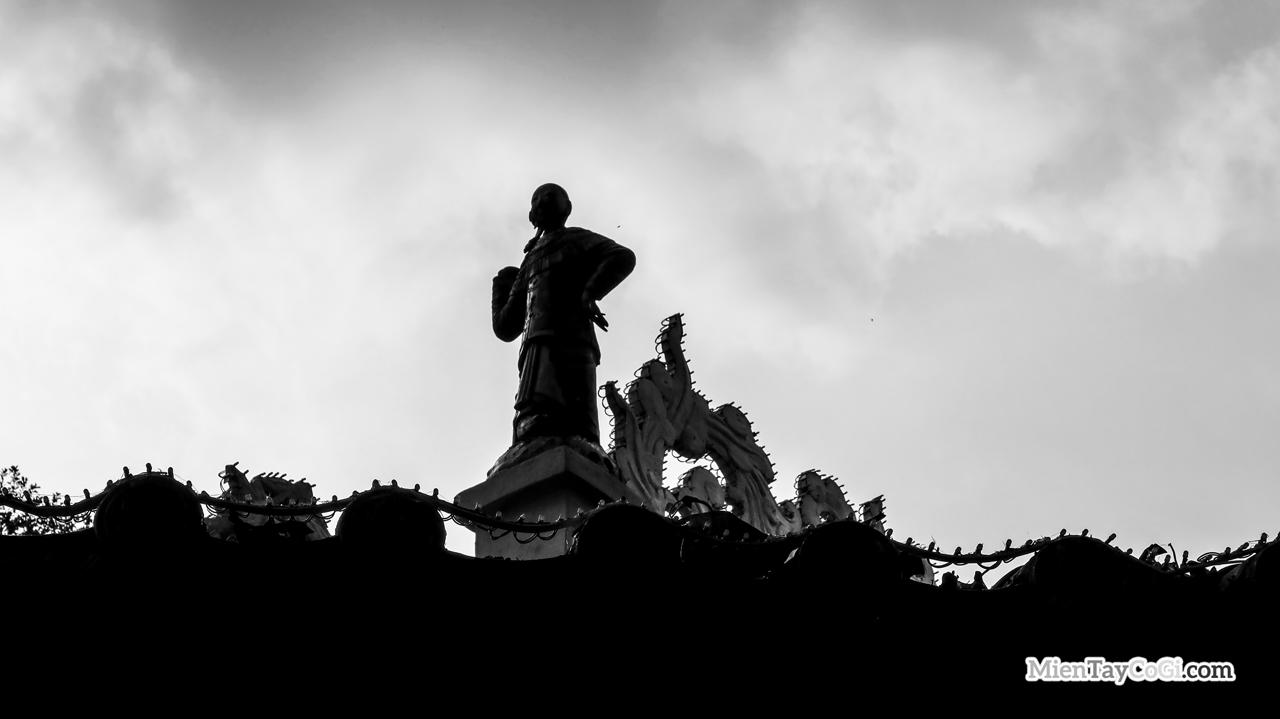 Bà Nguyệt ở đình Bình Thủy được trang trí trên mái