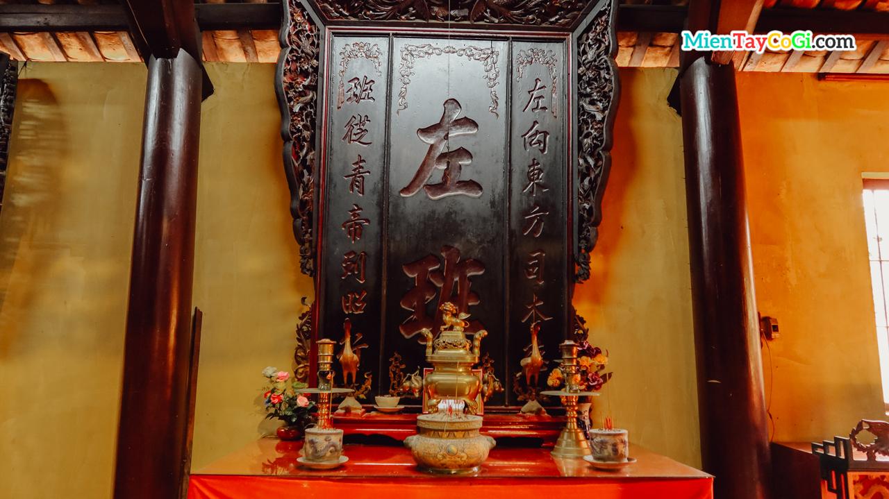 Bàn thờ với chữ Hán bên trên bài vị bằng gỗ lớn