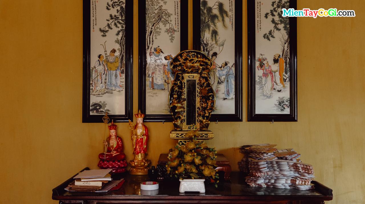 Bàn thờ bài vị bên trong chùa