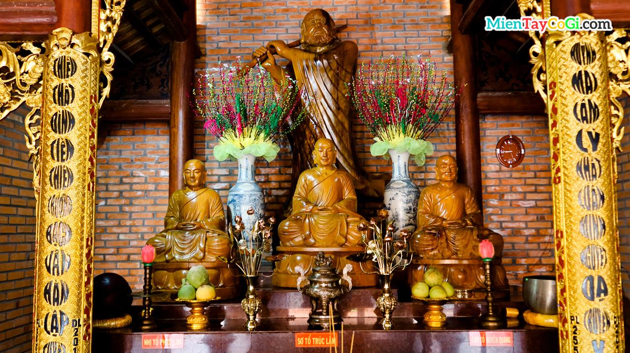 Bàn thờ tổ sư ở Thiền viện Trúc Lâm Phương Nam Cần Thơ