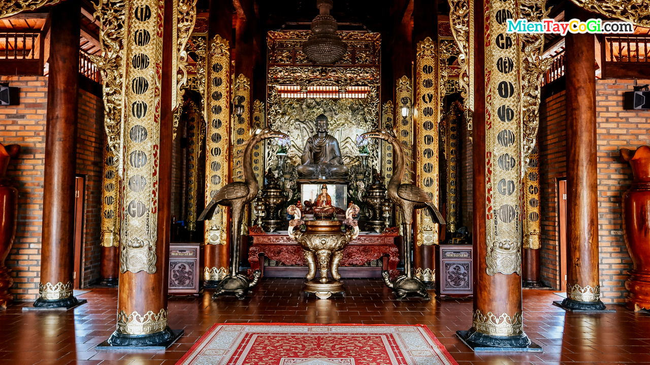 Bên trong chánh điện thiền viện Trúc Lâm Phương Nam
