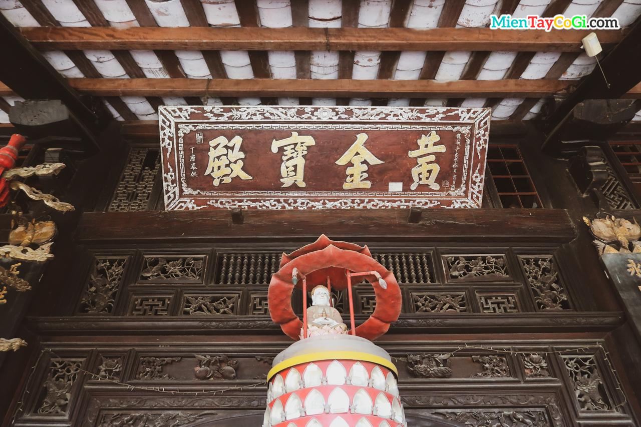 Bảng hiệu trước chánh điện chùa