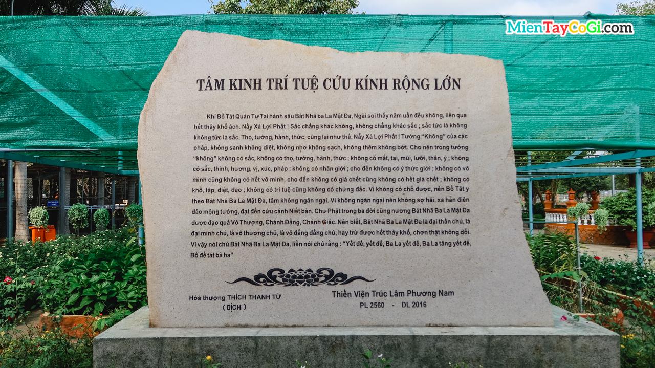Bia Tâm Kinh ở thiền viện do Hòa thương Thích Thanh Từ dịch