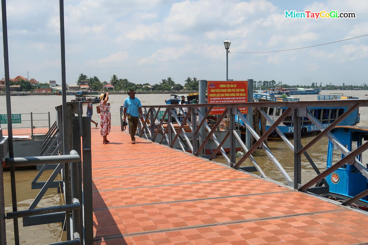 Cầu tàu đi Cồn Phụng và Cồn Thới Sơn