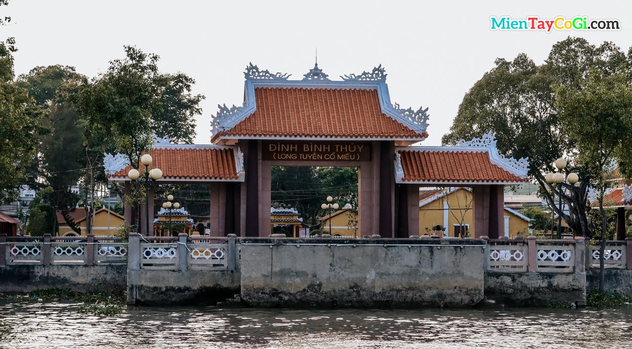 Cổng khác nằm ở phía giáp sông nhìn từ chùa Nam Nhã