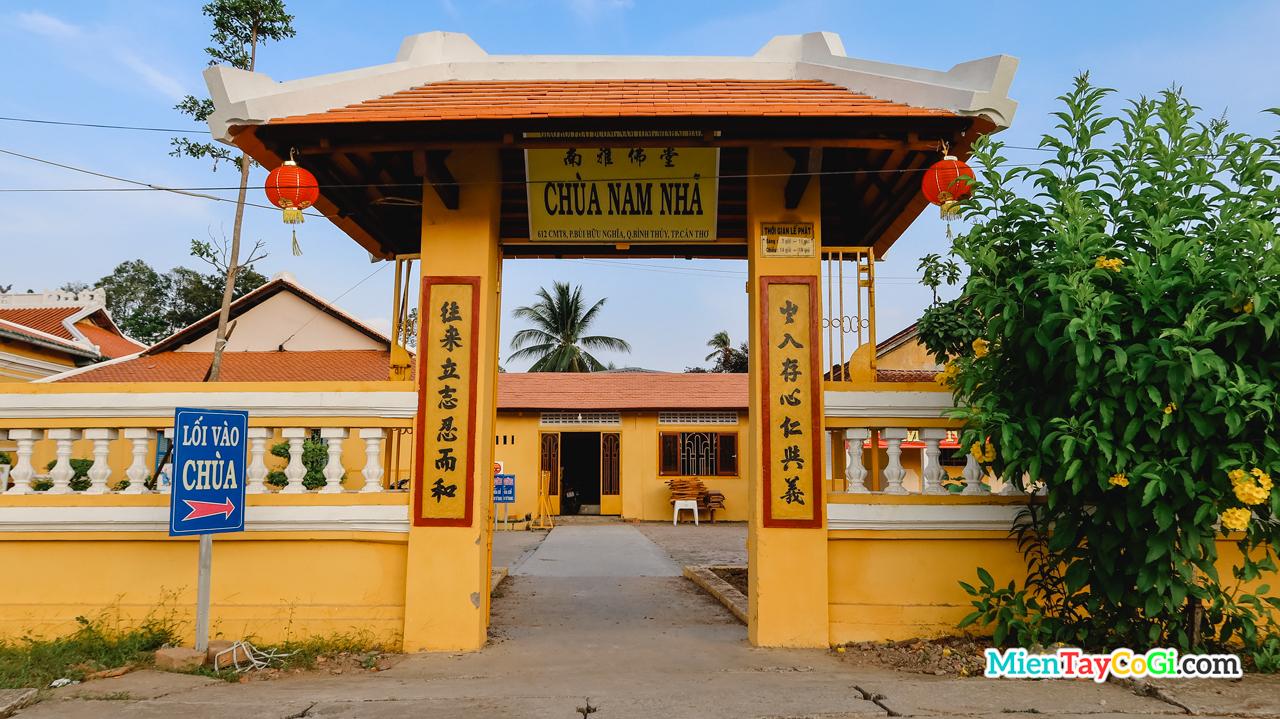 Cổng phụ bên hông chùa Nam Nhã