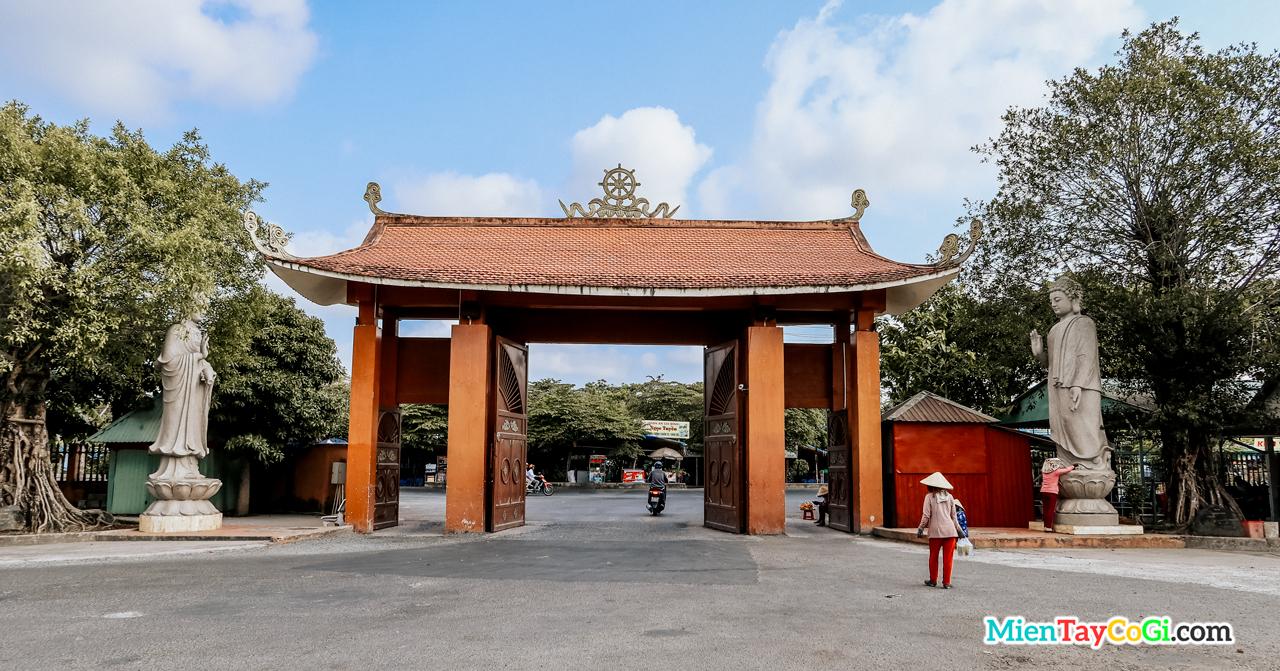 Cổng sau thiền viện Trúc Lâm Phương Nam Cần Thơ