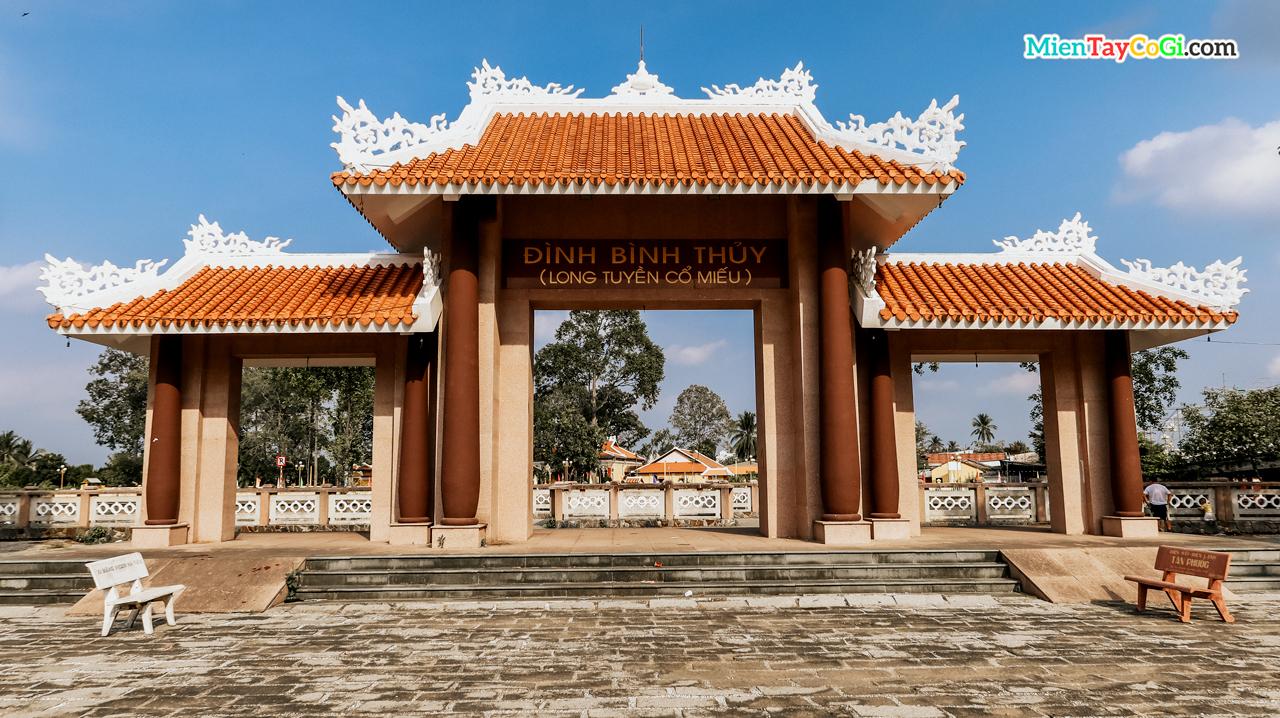 Cổng tam quan gần mé sông đình Bình Thủy - Long Tuyền Cổ Miếu