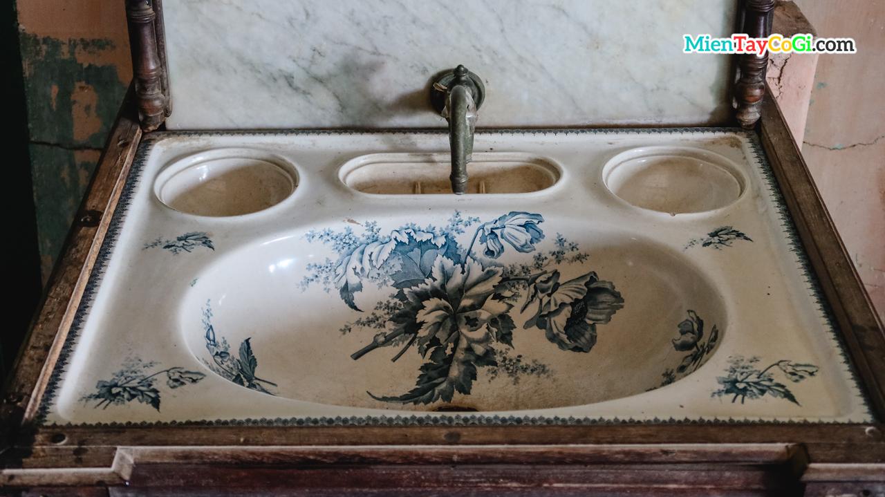 Chậu rửa tay nhập từ Pháp của nhà cổ Bình Thủy