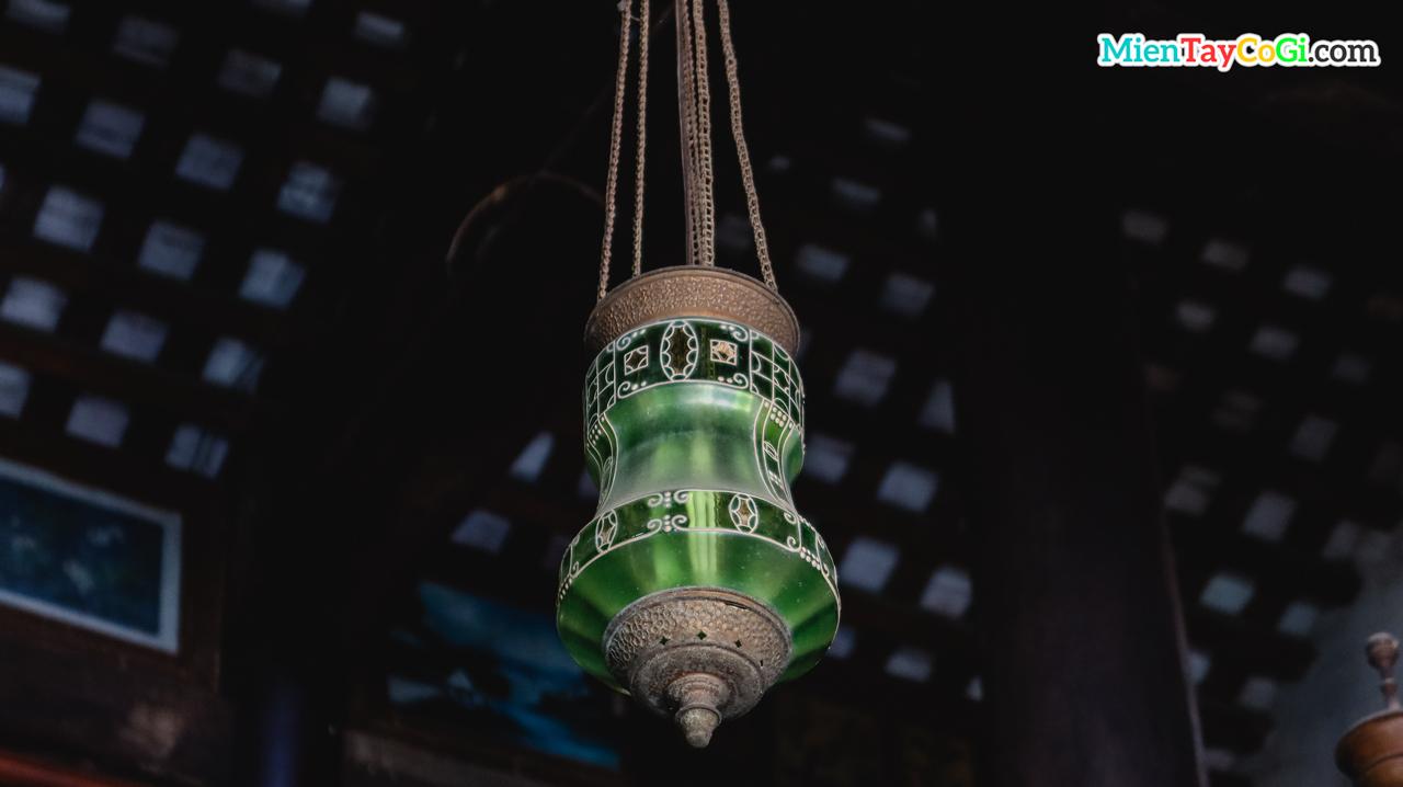 Chiếc đèn cổ treo trên trần nhà