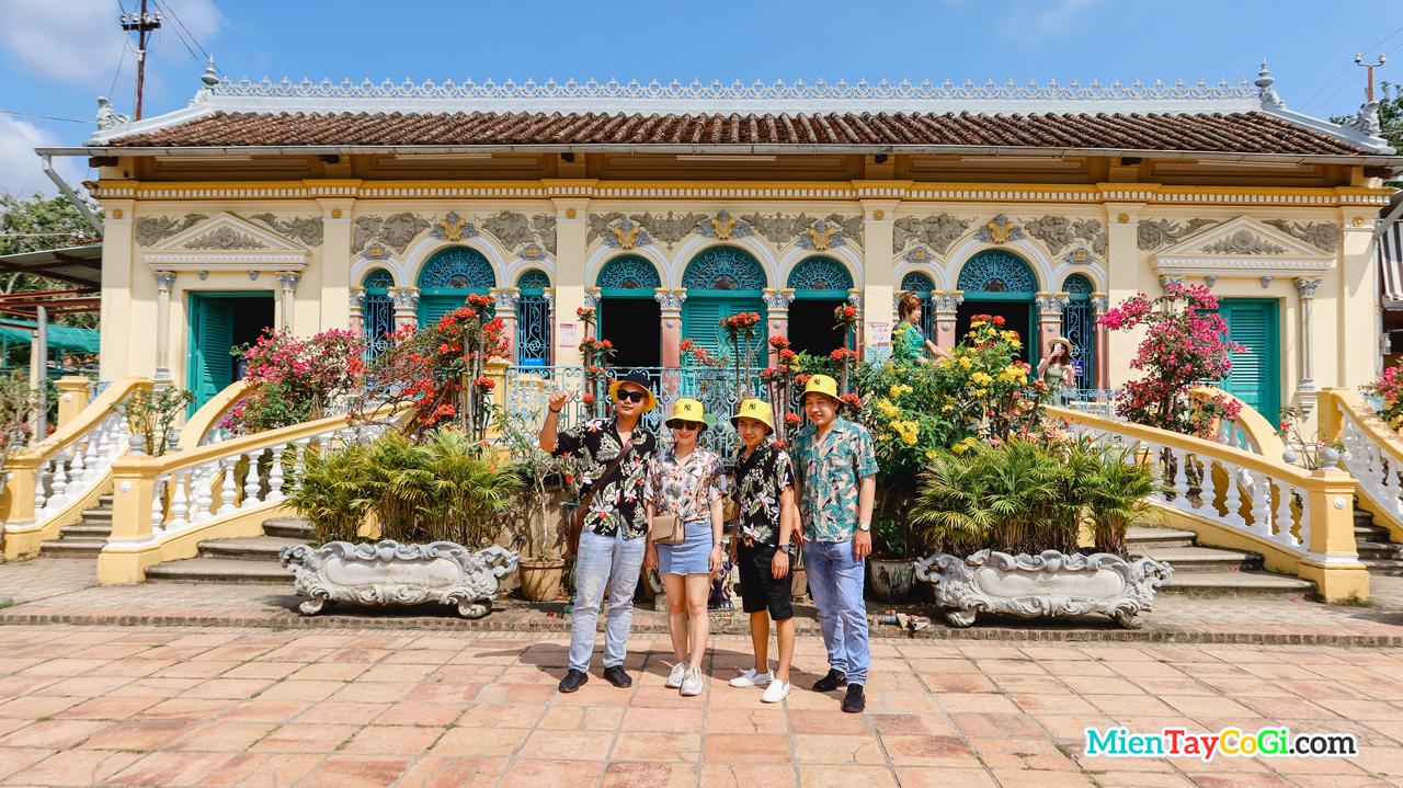 Khách du lịch chụp hình cùng nhà cổ Bình Thủy