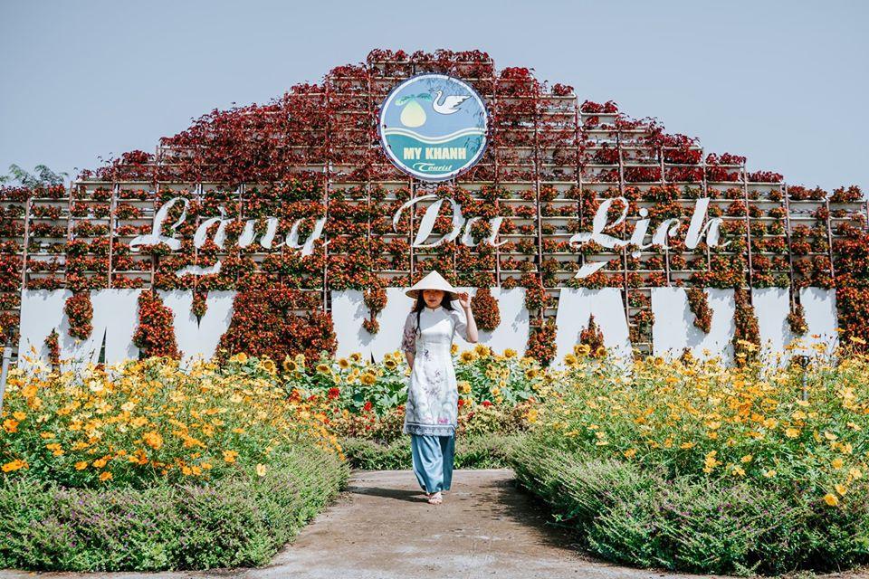 Khách du lịch chụp hình tại vườn hoa KDL Mỹ Khánh