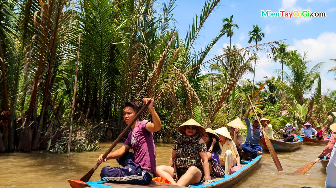 Khách du lịch thích thú việc ngồi xuồng ba lá khám phá sông nước