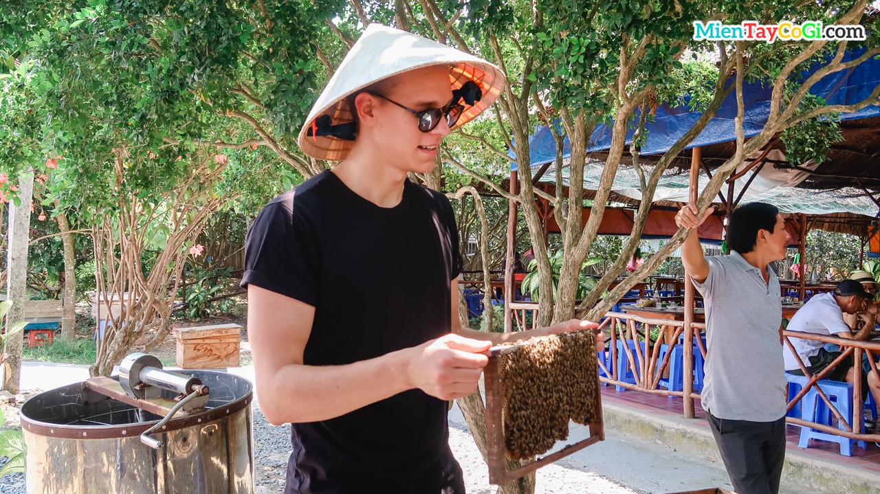 Khách Tây hào hứng chụp hình với tổ ong ở Cồn Thới Sơn