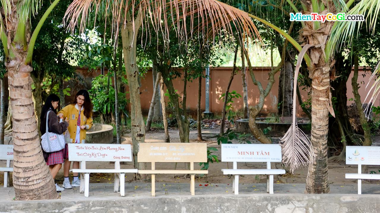 Khách tham quan thiền viện Trúc Lâm Phương Nam đi dạo dưới những bóng cây xanh mát