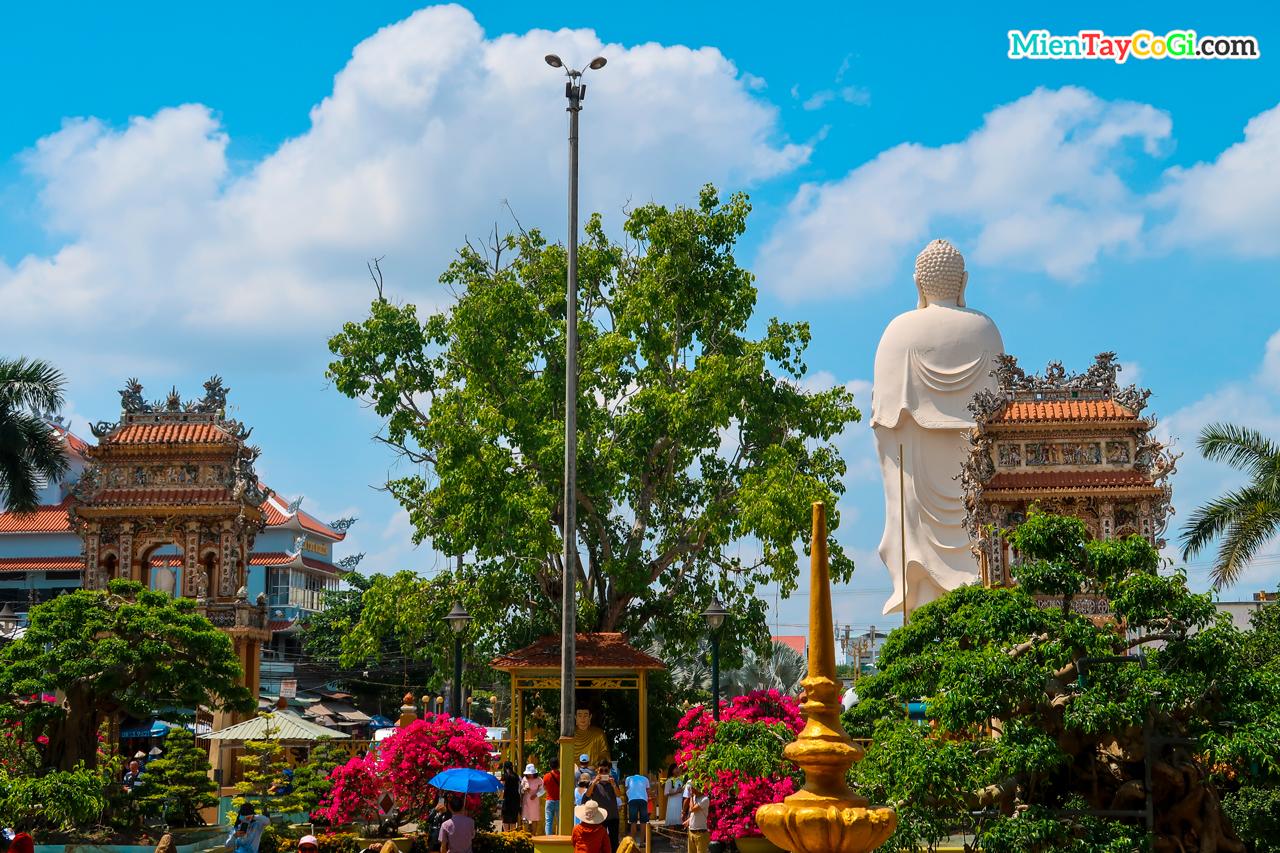 Không gian ở chùa Vĩnh Tràng Tiền Giang