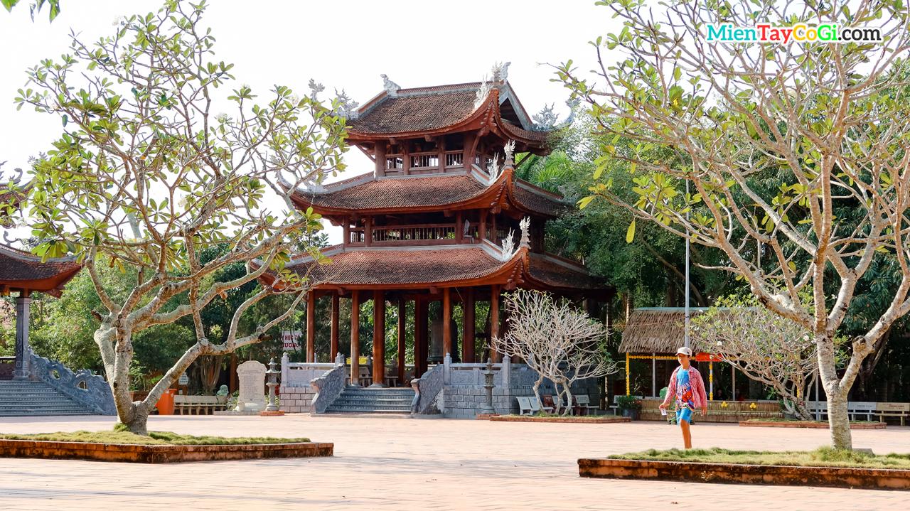 Khoảng sân thiền viện Trúc Lâm Phương Nam