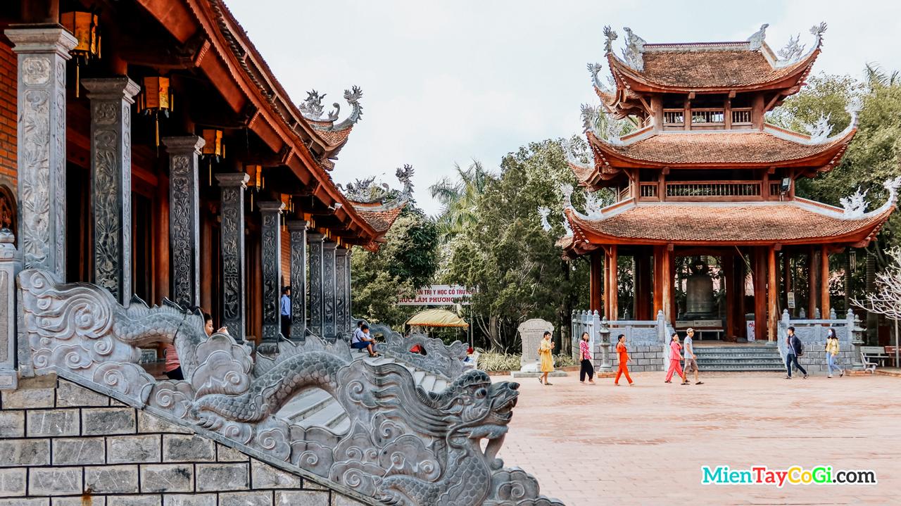 Khu vực trước chánh điện Thiền viện Trúc Lâm Phương Nam