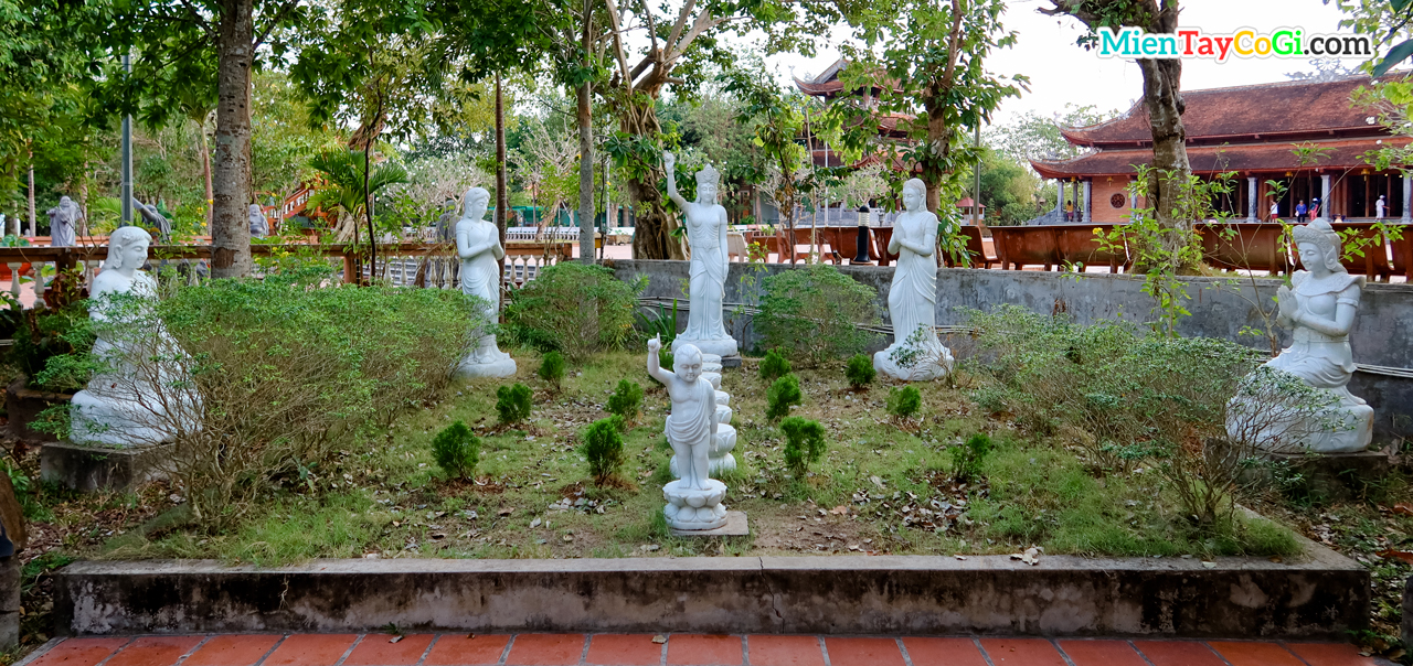 Khung cảnh 7 bước nở 7 hoa sen của Phật khi vừa đản sanh