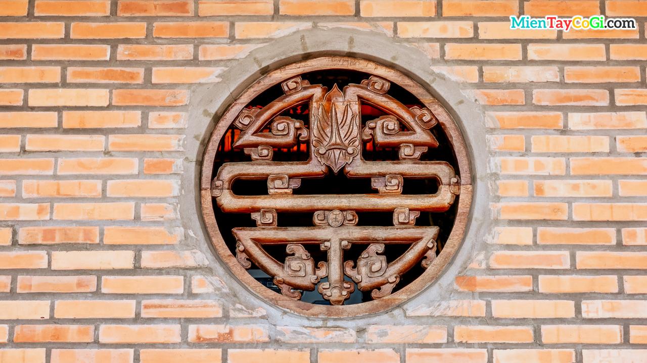 Khung cửa hình chữ thọ cách điệu với họa tiết con dơi treo ngược tương tự lá bồ đề