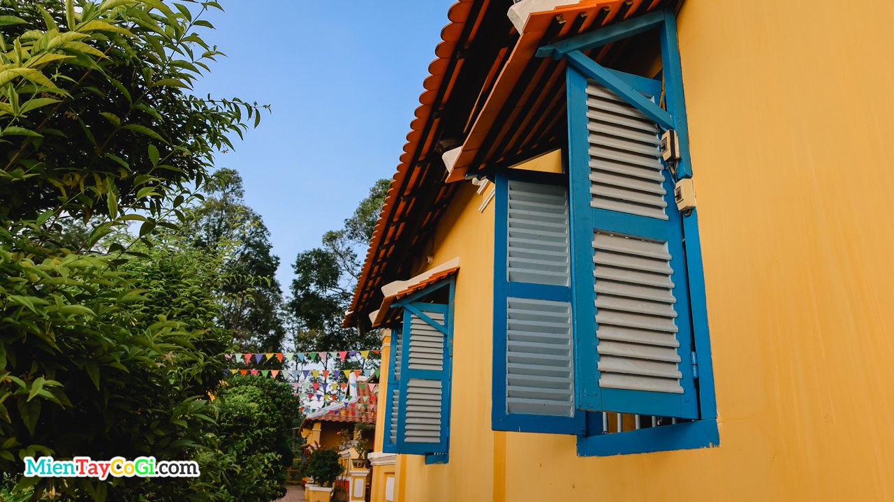 Khung cửa sổ xanh nối qua chánh điện chùa Nam Nhã