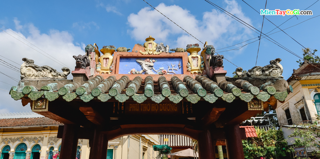 Kiến trúc mái của cổng tam quan