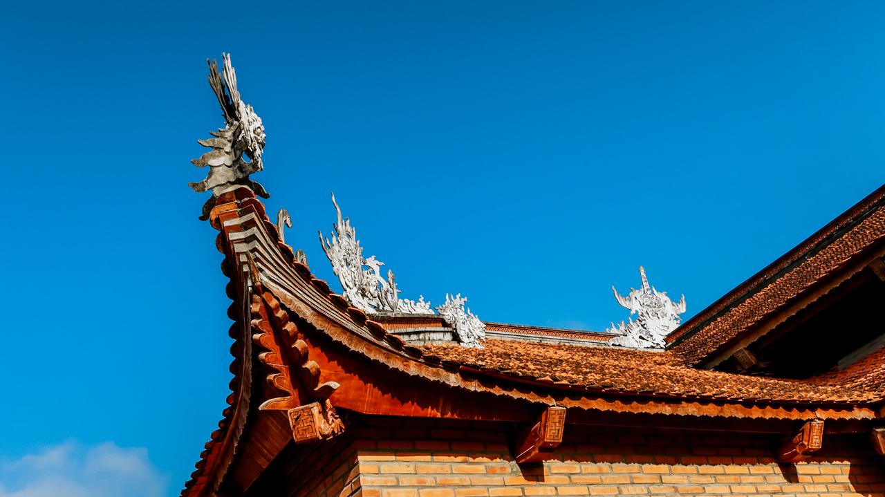 Kiến trúc mái ngói âm dương và điêu khắc hình rồng ở trên mái