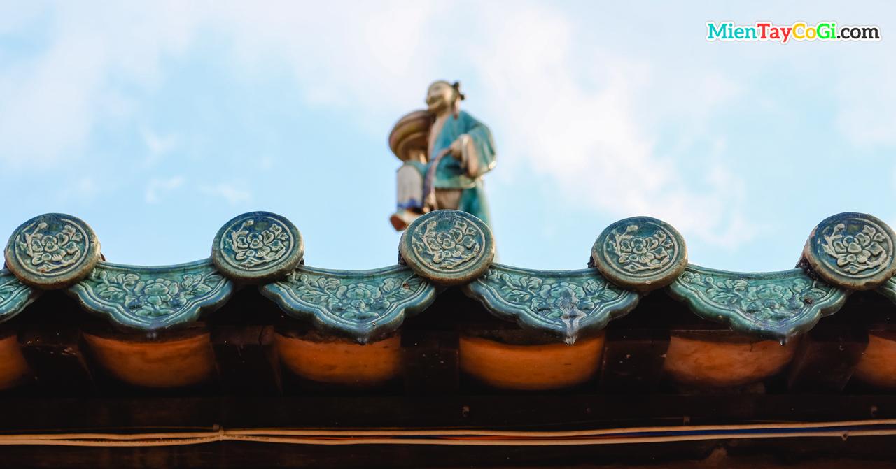 Mái ngối xanh trang trí hoa văn cầu kỳ và tỉ mỉ