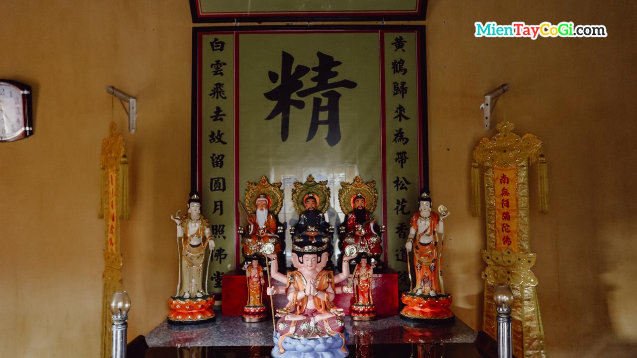 Một bàn thờ Đạo giáo ở chùa Nam Nhã