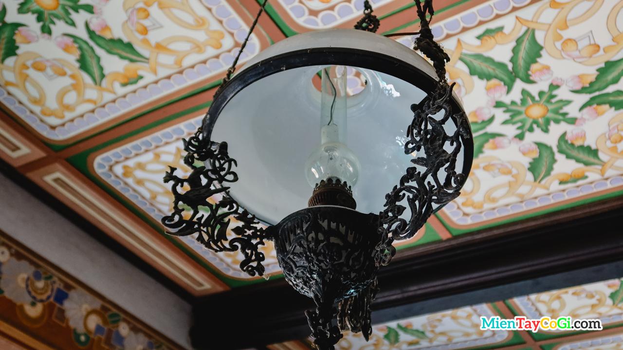 Một chiếc đèn cổ trong trong nhà