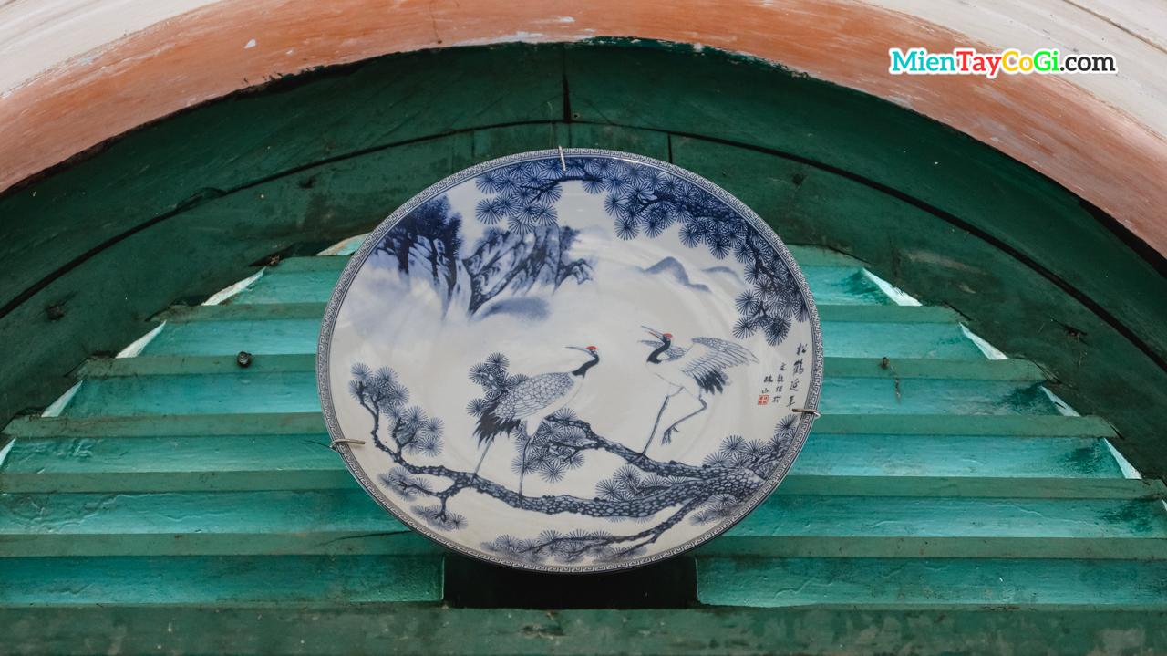 Một dĩa sứ cổ xuất xứ từ Trung Quốc