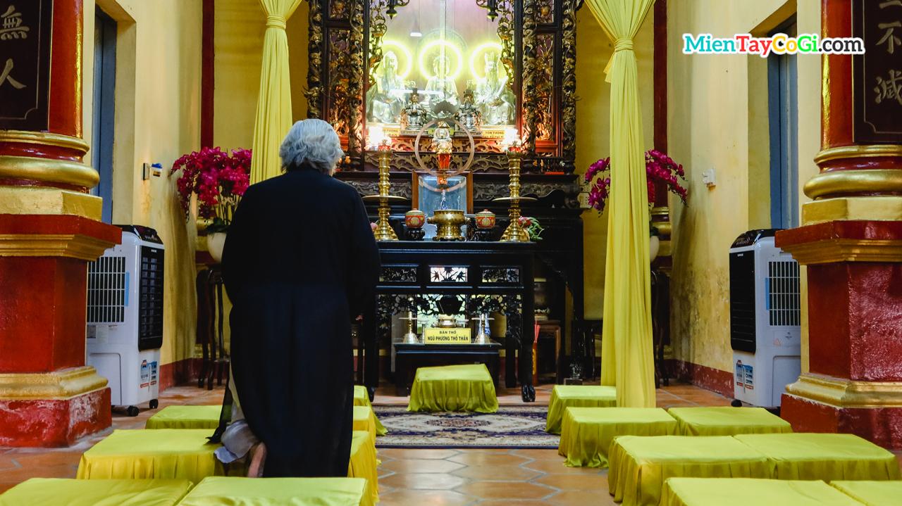 Một tín đồ hành lễ ở chùa Nam Nhã